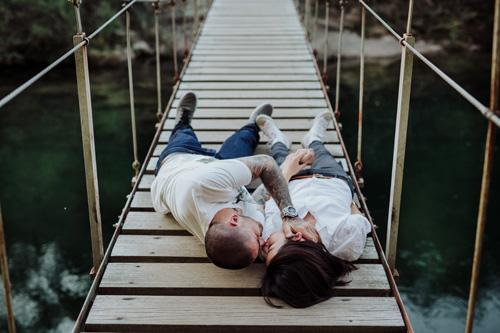 Sergio y Kiyoko, de preboda por el río